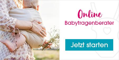 Kleines Kind wird am Bauch mit einer Babytragen gehalten