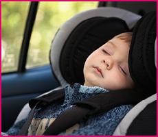 Bilbarnstol i grupp 0+/1 med sovande bebis.