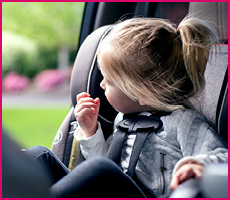 Bilbarnstol i grupp 1/2/3 med barn som tittar ut genom fönstret.