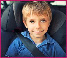 Bilbarnstol i grupp 2/3 med leende barn.