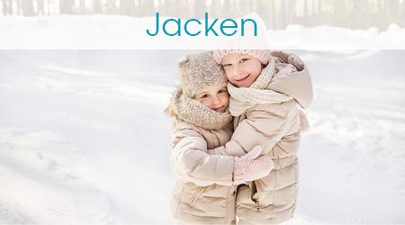 Zwei Mädchen stehen draußen im Schnee und umarmen sich
