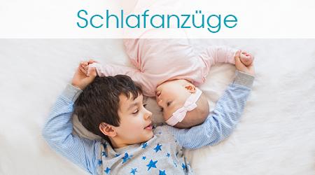 Junge und Baby liegen in Schlafanzügen nebeneinander