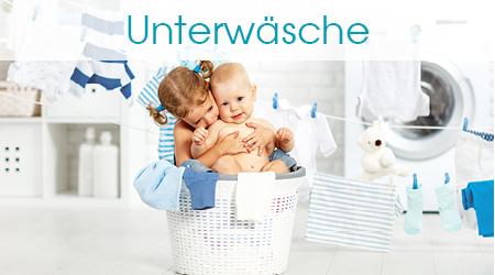 Geschwisterkinder sitzen im Wäschekorb