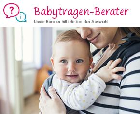 Baby sitzt in einer Babytrage und wird von der Mutter gehalten
