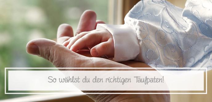 Kind in Taufbekleidung hält Hand des Paten