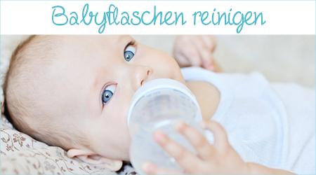 Baby nuckelt an der Flasche und schaut in die Tasche
