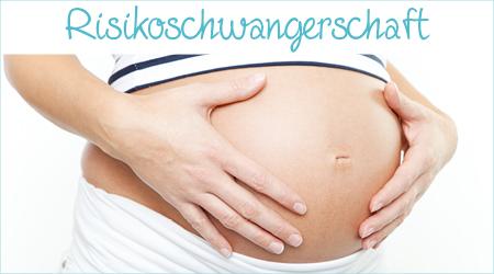 Frau hält ihren Schwangerschaftsbauch
