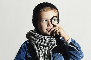 Junge in Detektivekostüm