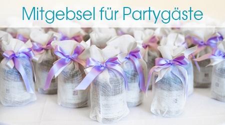 Viele verpackte kleine Geschenke für die Partygäste
