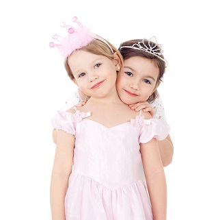 Zwei verkleidete Mädchen in Feen- oder Prinkostümen
