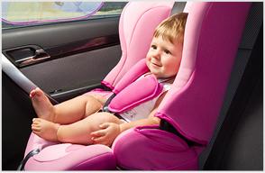 Mädchen in pinkem Kindersitz