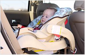 Kleines Kind sitzt in seinem Autositz
