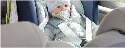 Festgeschnaltes Baby in einem Autositz