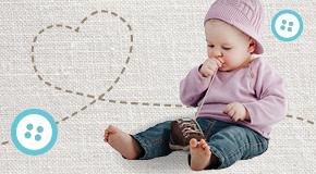 Kleines Kind spielt ihrem Schuh