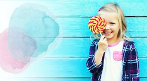 Kind isst einen bunten Lolli