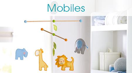 Ein verspieltes Mobile mit verschiedenen bunten Tiermotiven