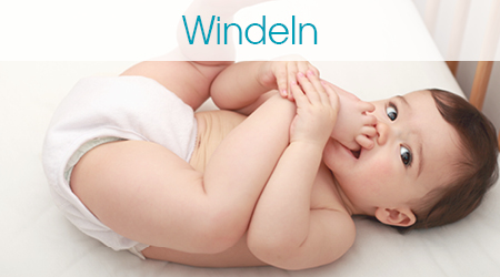 Lächelndes Baby in einer Windel