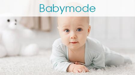 Krabbelndes Baby schaut in die Kamera