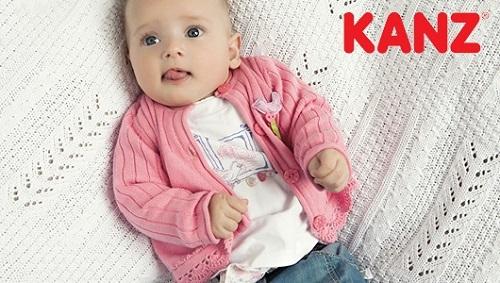 Kleines Mädchen liegt auf einer Decke