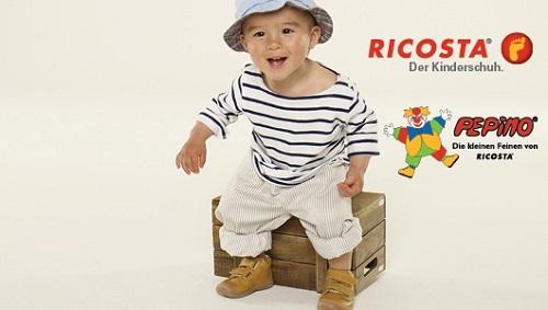 Kleiner Junge sitzt auf einer Holzkiste