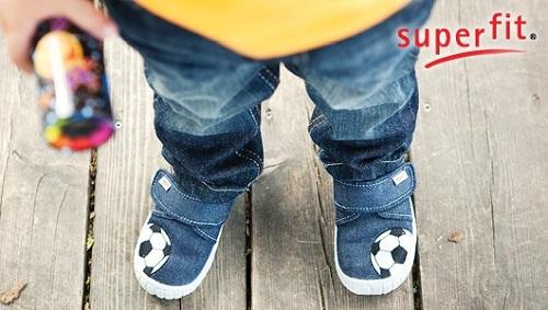 Jung ein Jeans und Schuhen