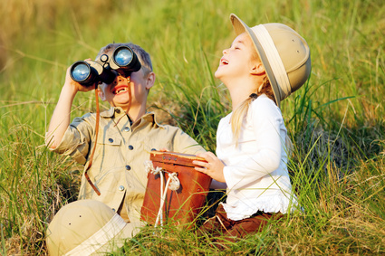 Mädchen und Junge spielen Entdecker