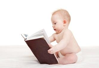 Baby liest ein Buch