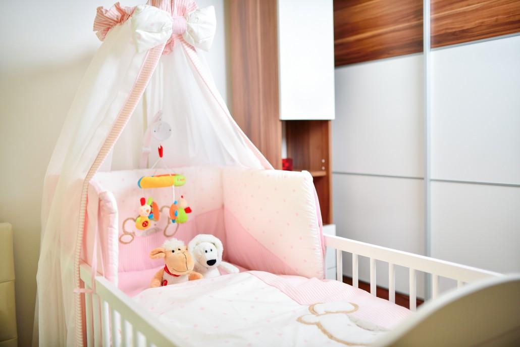 Kuscheltiere im Babybett