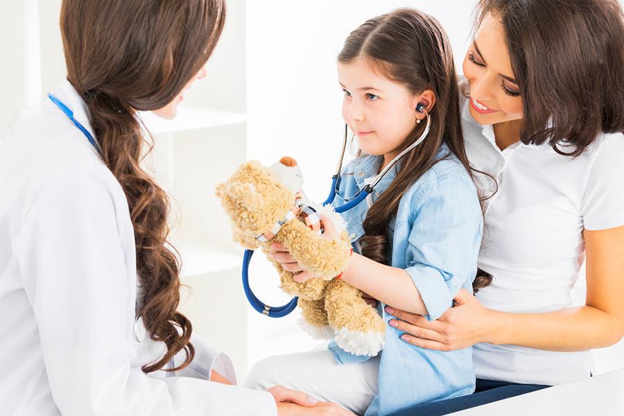 Mädchen untersucht Bären