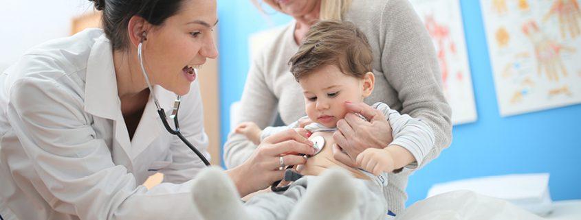 Kleiner Junge wird von Ärztin untersucht
