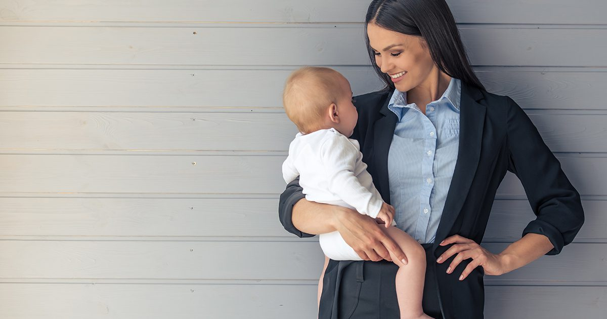 Mama im Kostüm mit Baby auf dem Arm