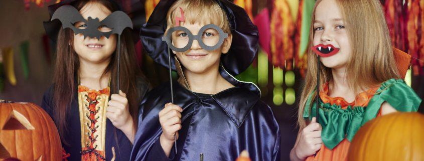Kinder tragen Halloweenkostüme
