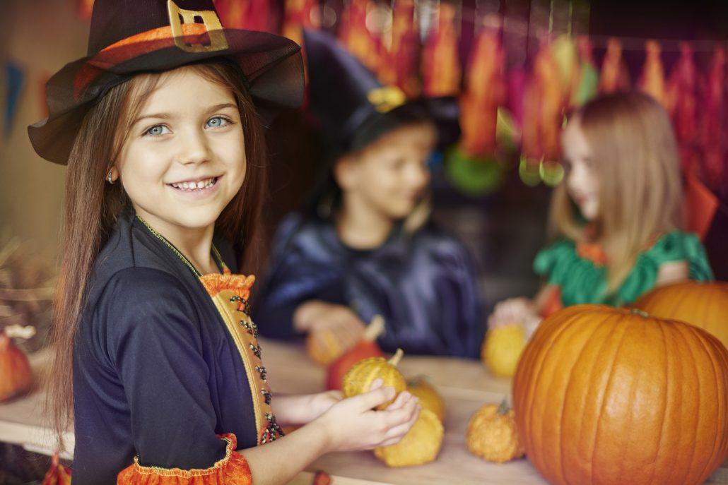 Kind bereitet Halloween Deko vor