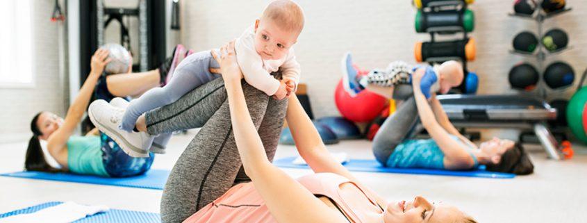 Frau macht mit Säugling Fitness