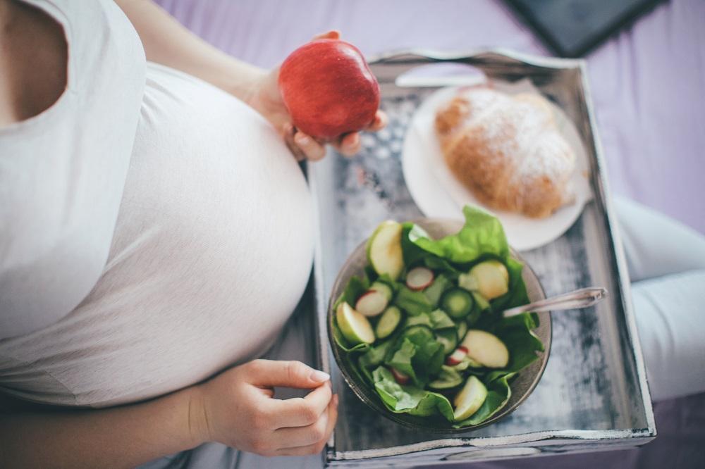 Schwangere isst gesunde Sachen
