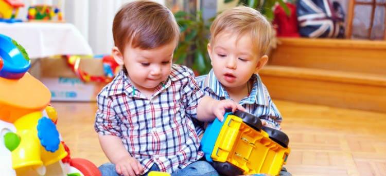 Kind erlernen motorische Fähigkeiten durch Spielzeug