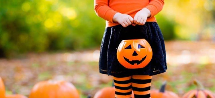 Kind verkleidet an Halloween