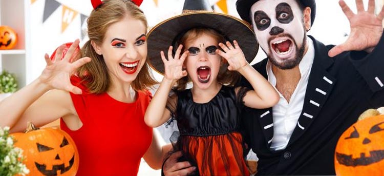 Familie an Halloween verkleidet