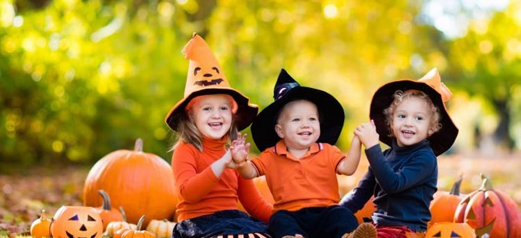 Kinder feiern verkleidet Halloween