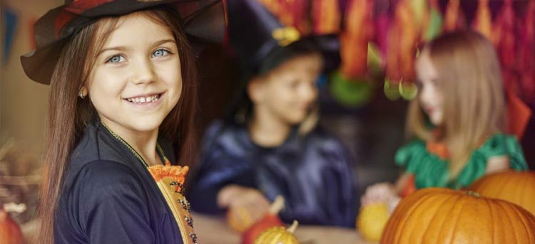 Kinder sind an Halloween verkleidet