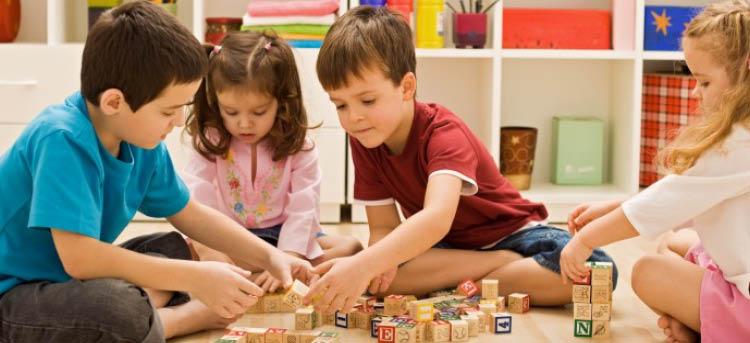 Kinder spielen zusammen und werden betreut