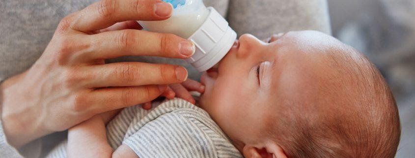 Baby wird mit Flasche gestillt