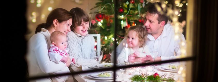 Glückliche Familie beim Weihnachtsessen