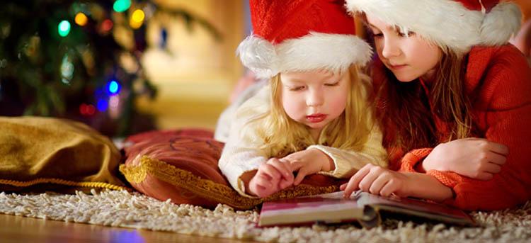 Mutter liest mit Kind eine Weihnachtsgeschichte