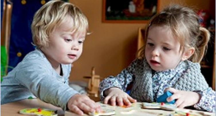 Kinder-spielen-mit-Holzspielzeug