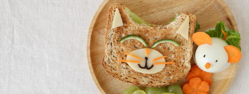 Gesundes Sandwich in Form einer Katze mit Obst
