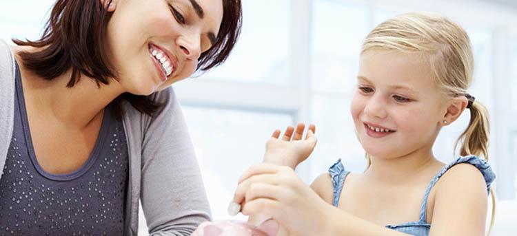 Mutter hilft Kind beim Umgang mit Geld