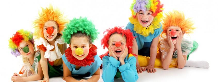 Kinder in Clownskostümen