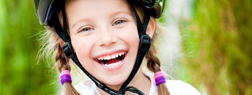 Lächelndes Kind mit Fahrradhelm