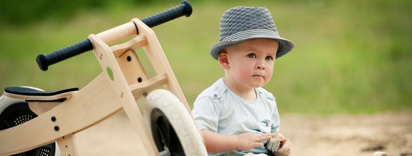 Kleinkind mit Holzrad